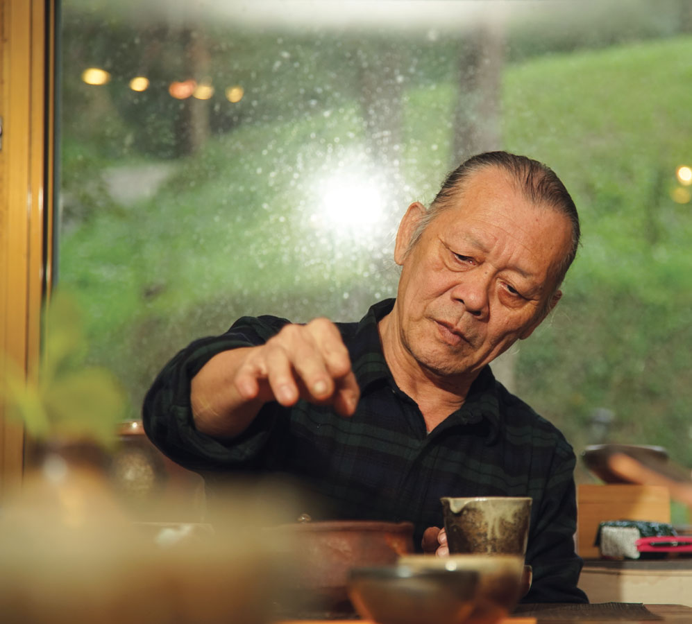 Mr. Tian Chengtai use his own ash glaze tea set