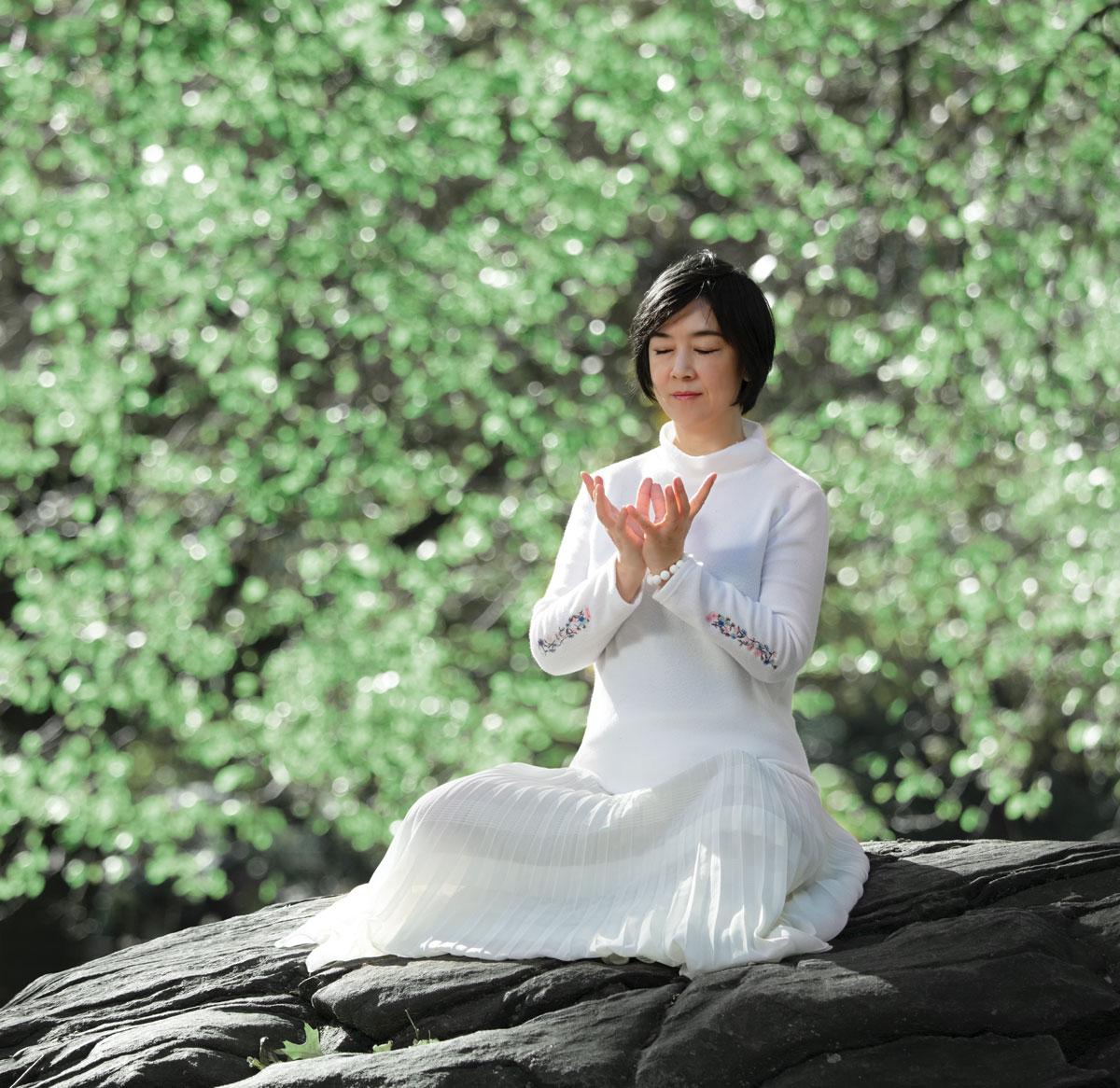 Jennifer Zeng practicing Falun Gong meditation